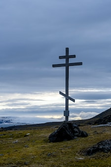 오래 된 나무 십자가입니다. 프란츠 요제프 랜드 군도. 플로라 케이프, 구케라 섬.