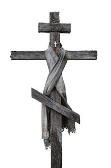 격리 된 배경에 오래 된 나무 십자가입니다. 세로 이미지.