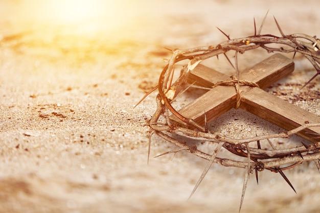 地面にあるとげの古い木製の王冠。キリスト教のイースター休暇。
