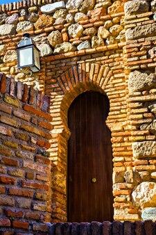 スペイン、マラガ、アルカサバの古い木製のドア