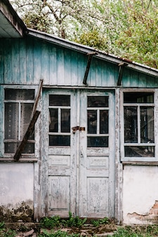 Старая деревянная дверь закрыта на замок. старая дверь.