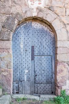 何年にもわたって損傷した古い木製のドア