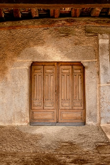 Старая деревянная дверь в деревне
