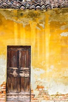 역사적인 건물의 오래 된 나무로되는 문