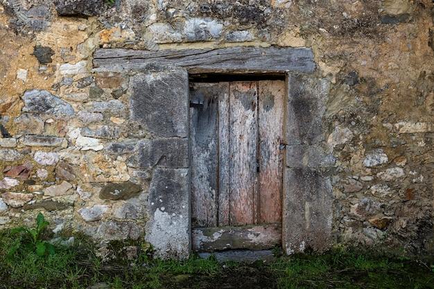 오래 된 나무로되는 문 인기있는 아키텍처