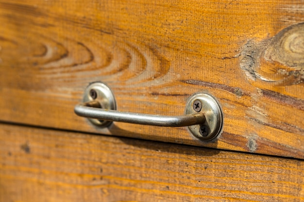 Старая деревянная дверь с ручкой на заднем плане.