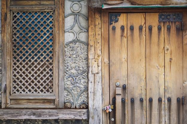 古い木製のドア Premium写真
