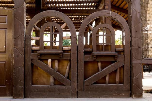 아름 다운 열 대 정원에서 오래 된 나무로되는 문.