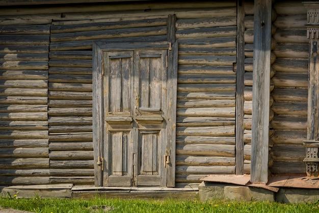 民家の古い木製ドア