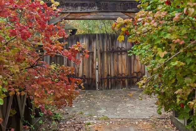 연철 경첩과 자물쇠가 있는 오래된 나무 문. 나무 문에 단조 금속 경첩. 마마에프 슬로보다