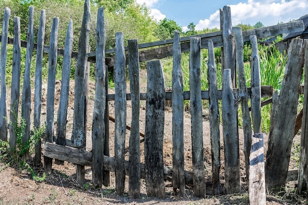 Старый деревянный забор вокруг деревенского дома