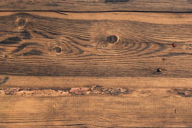 Старый деревянный забор из досок с корой
