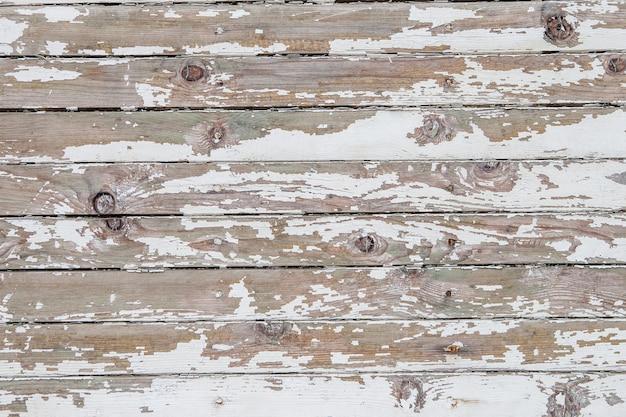 Старый деревянный забор с облупленной краской