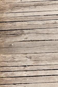 桟橋の古い木の床、崩壊する木の表面のクローズアップ