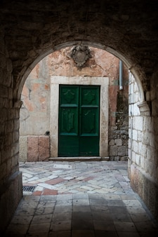コトルのモンテネグロの古い木製の緑のドア