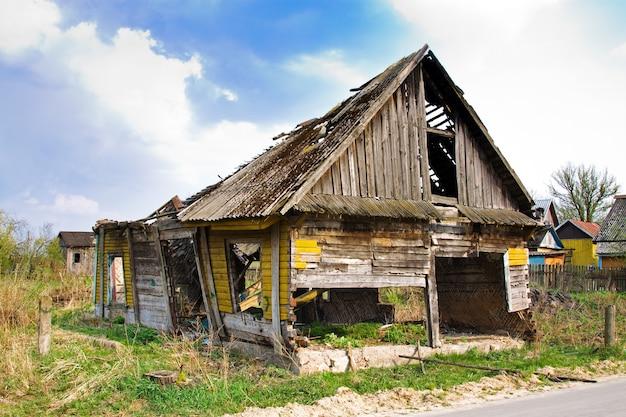 붕괴하는 오래 된 목조 주택