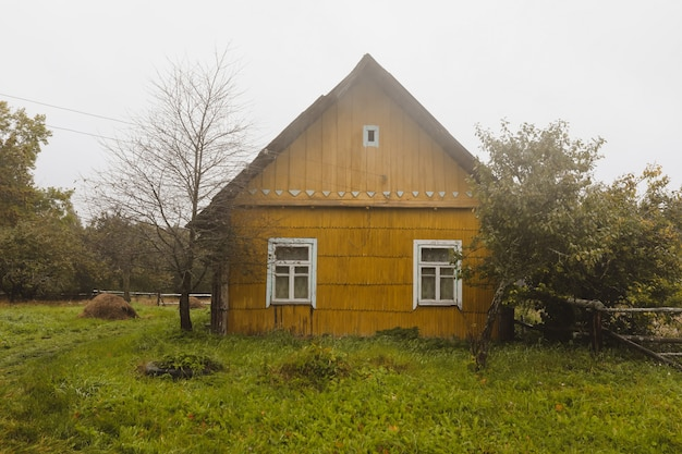 동부 유럽의 시골에 있는 오래된 목조 주택