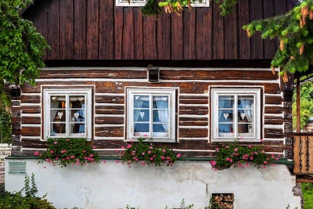 Старый деревянный дом в традиционном стиле