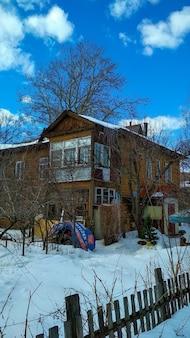 冬の古い木造住宅