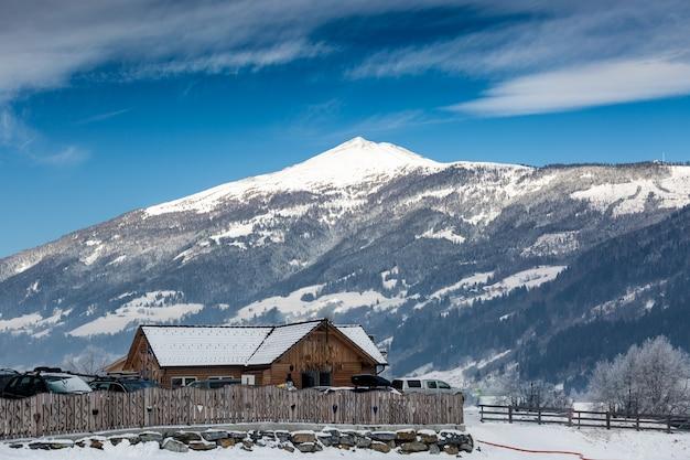 オーストリア アルプスの雪に覆われた高山の古い木造家屋