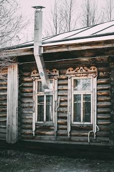 Windowsと煙突の古い木造住宅