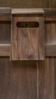 Старый деревянный ящик на фоне дерева.