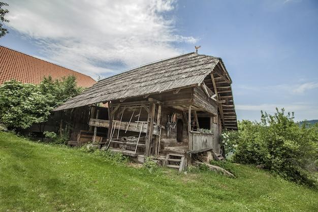昼間のスロベニア、ジャムニカの古い木造博物館の家