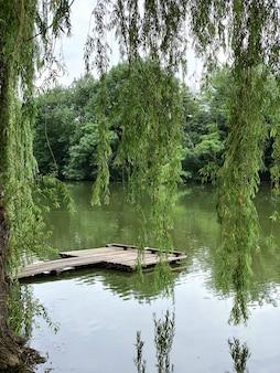 Старый деревянный пирс на озере. место для отдыха, отдыха или рыбалки