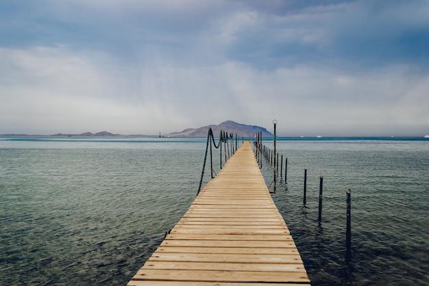 曇りの日の紅海の古い木製の桟橋