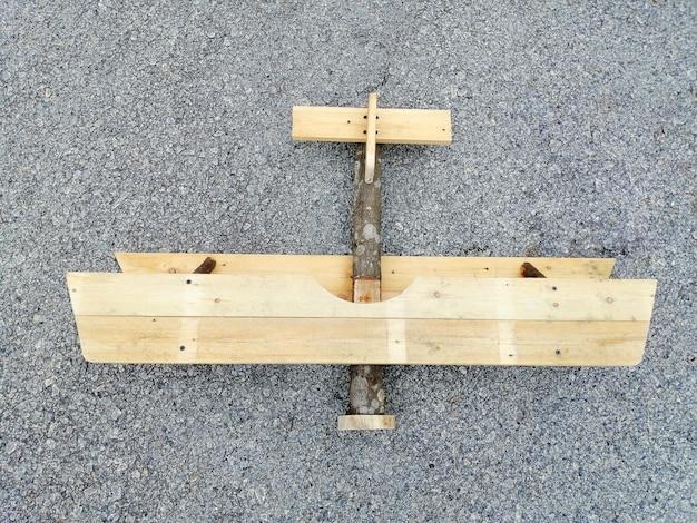 灰色の背景に分離された古い木製の飛行機のおもちゃ。ビジネスターゲットコンセプト