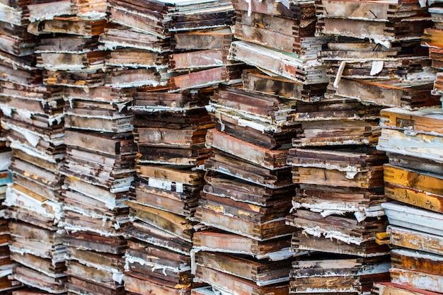 背景やテクスチャのために積み重ねられた古い木の板。