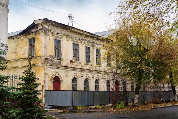 オレンブルクの都市ロシアのファサード秋にスタッコ成形の古い木造漆喰の家