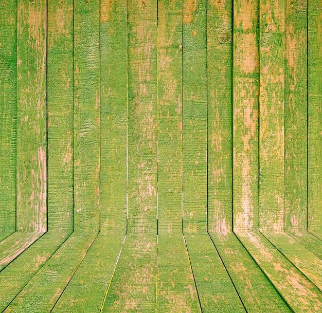 古い木造の部屋のインテリア、テキストやデザインのためのスペースと緑の空の背景
