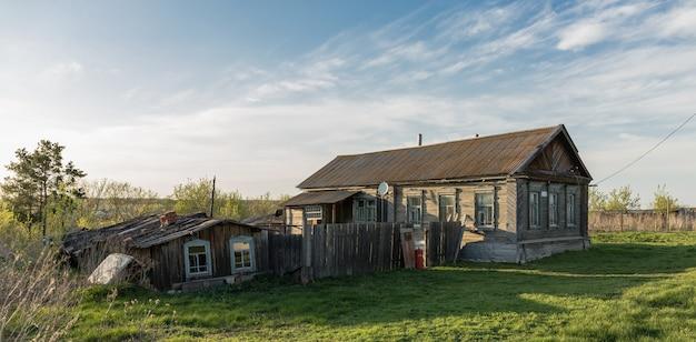 오래 된 목조 전원 주택
