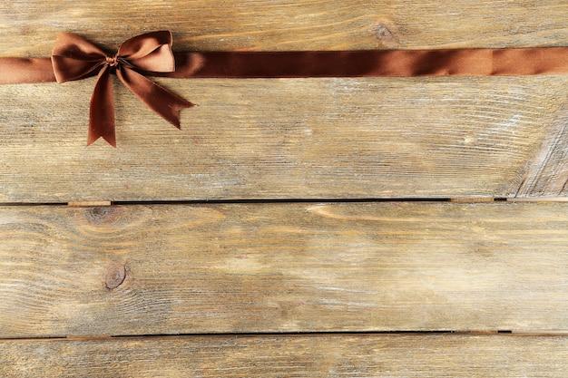 Старое деревянное пространство с красивым бантом