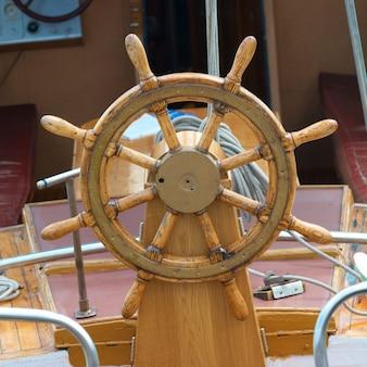 Старый деревянный штурвал на лодке