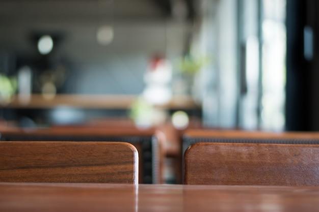 コーヒーショップで古い木製のテーブル。コピースペースでぼかします。