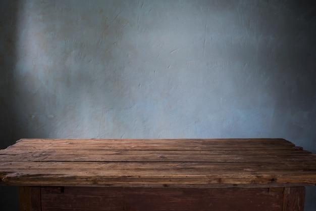 Старый деревянный стол на темной стене