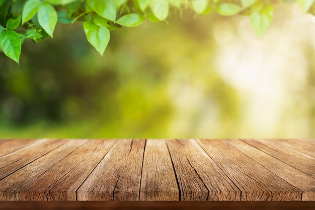 Старый деревянный стол с весенними листьями