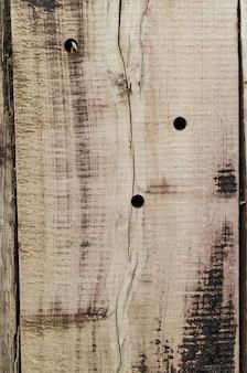 穴やひび割れのある古い木の質感