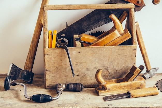 도구로 가득 찬 오래된 나무 도구 상자. 오래된 목공 도구. 정물.
