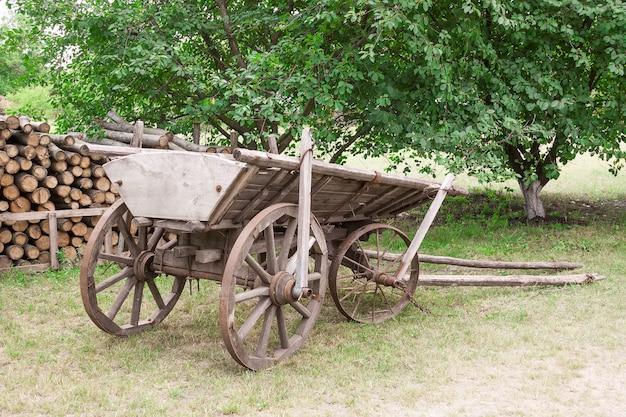 Старый деревянный фургон в крупном плане села крайнего.