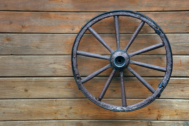 벽에 걸려 오래 된 나무 수레 바퀴
