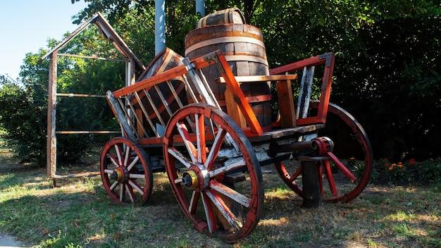 Un vecchio carro di legno con ruote in legno e barili all'interno a varul cel mic, moldova