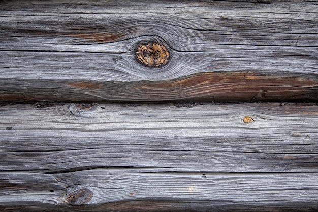 村の家の古い木製の壁
