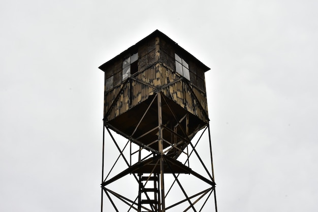 Vecchia torre di guardia in legno contro il cielo nuvoloso