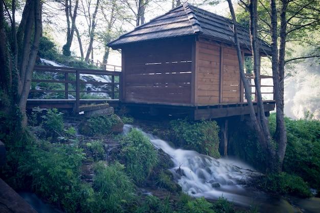 川沿いの古い木製水車