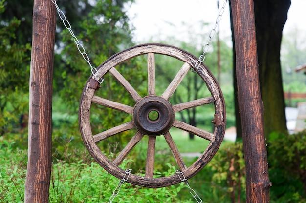 Старое деревянное колесо от телеги в деревне.