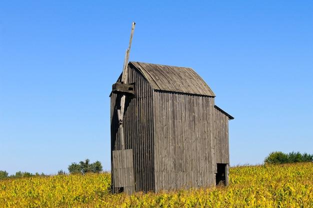 ウクライナの古い木製の風車