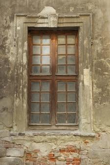 Старые деревянные окна в старом нежилом здании